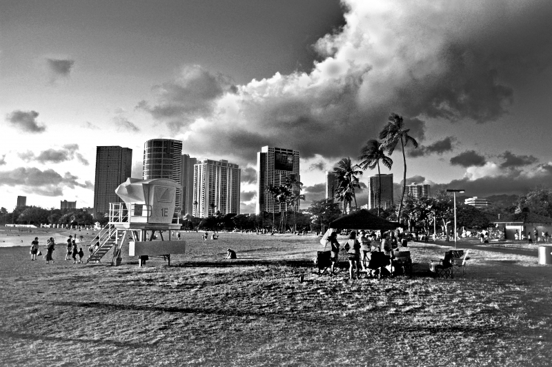 Ala Moana Beach At Dusk – Bw