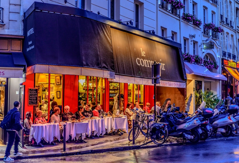Le Comptoir At Night